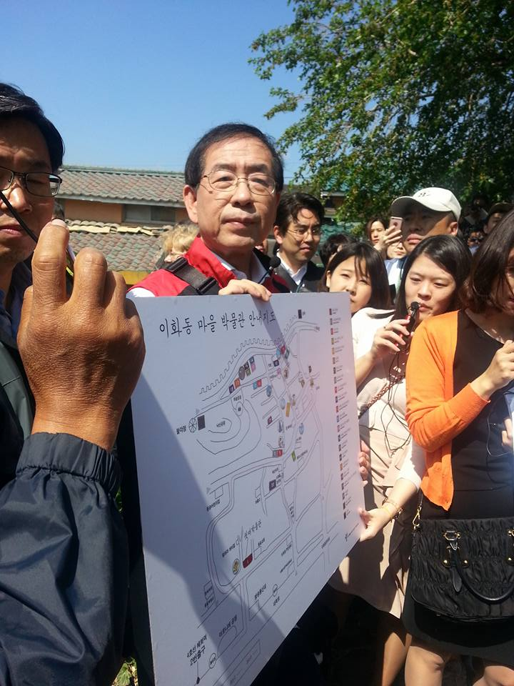 Mayor Park presents the map of Seoul City Wall