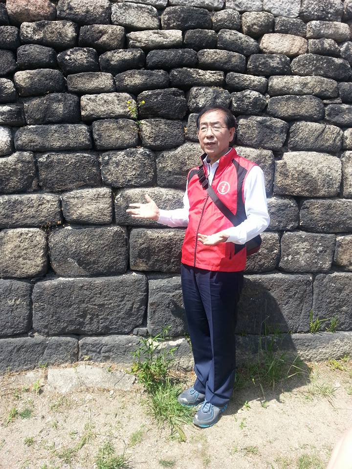 Mayor Park shows the different styles of stonework that are along Seoul's City Wall